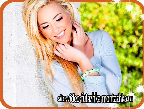Шаблон фотошоп - Блондинка у белой стены